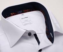 Olymp Comfort Fit – biela košeľa s votkaným vzorom a tmavomodrým vnútorným golierom a manžetou